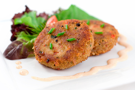 Delicious crabcakes served with a side salad and a garlic chipoltle aioli.  Shallow dof